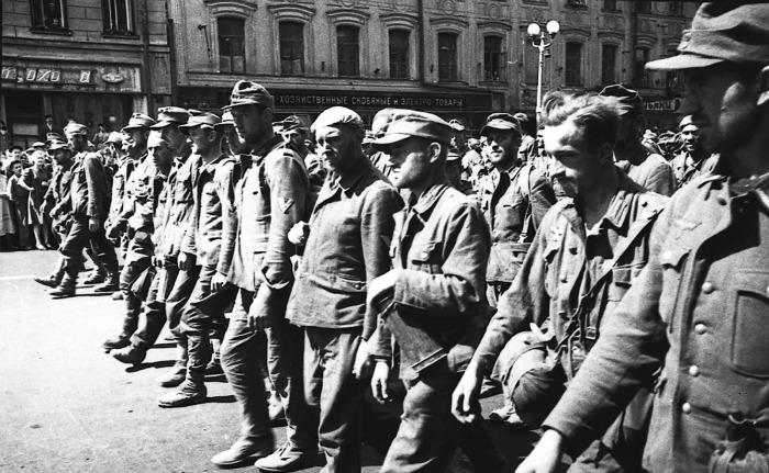 Пленные немецкие солдаты и офицеры не знали, что их ждет на «Большом вальсе» / Фото: rarehistoricalphotos.com