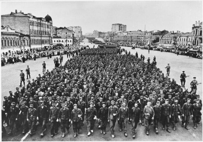 Акция должна была поднять настроение и боевой дух советских граждан, продемонстрировать им силу государства в целом и армии в частности / Фото: bazaistoria.ru