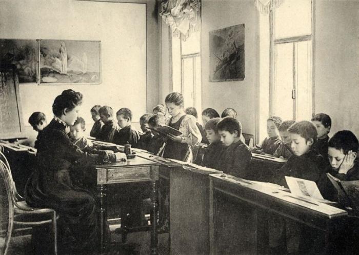 Двухместный стол позволял экономить в классном кабинете место, появилась возможность пользоваться одним учебником сразу двум ученикам / Фото: m.russiainphoto.ru