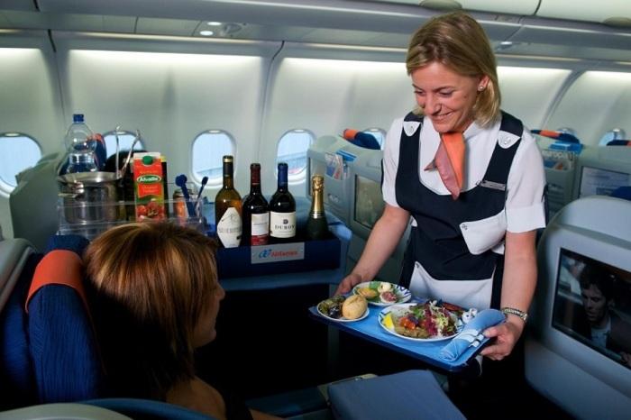 Пассажиры умудряются незаметно вынести с борта самолета даже подносы / Фото: rusunion.com