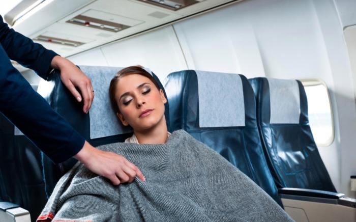 Многие пассажиры не стесняются присваивать одеяла / Фото: thesun.co.uk
