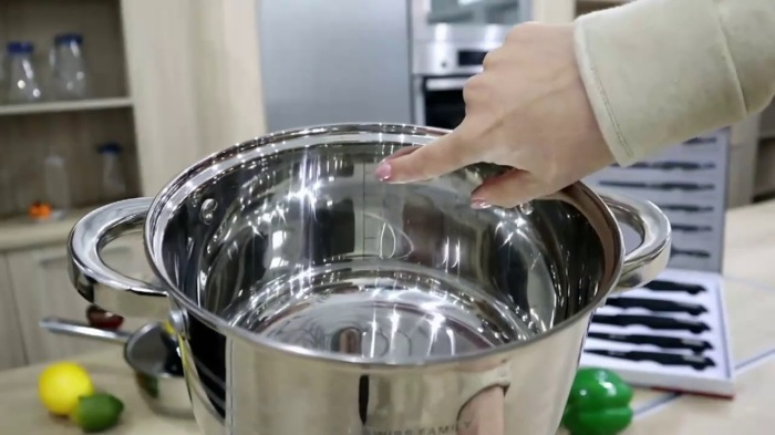 Чтобы посуда из нержавейки заблестела, как новая, понадобятся совсем недорогие средства / Фото: youtube.com