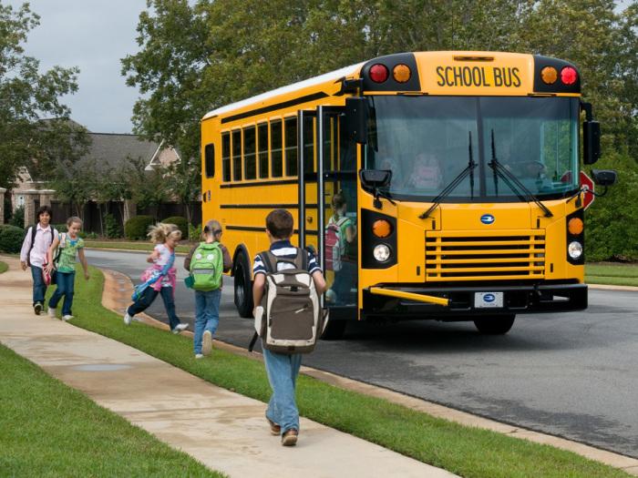 Школьный автобус - комфортный и безопасный вид транспорта / Фото: realconsult.ru