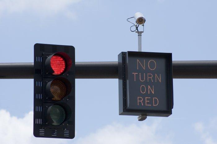 Американский водитель может повернуть на красный сигнал светофора налево при отсутствии такой надписи / Фото: blogs.findlaw.com
