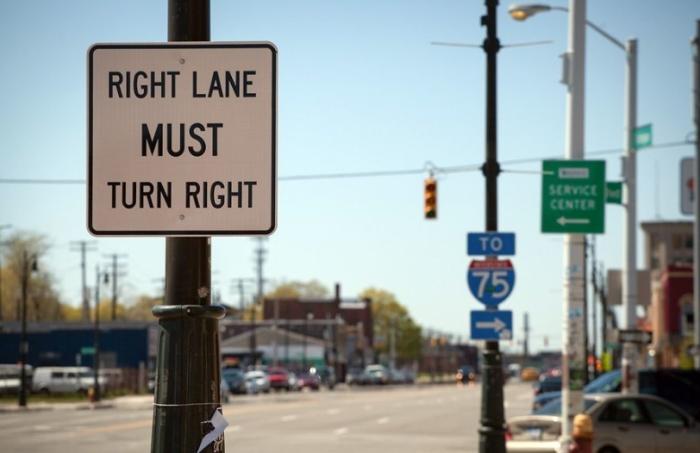 На многих знаках в США есть объяснение простыми словами / Фото: travel-cam.net