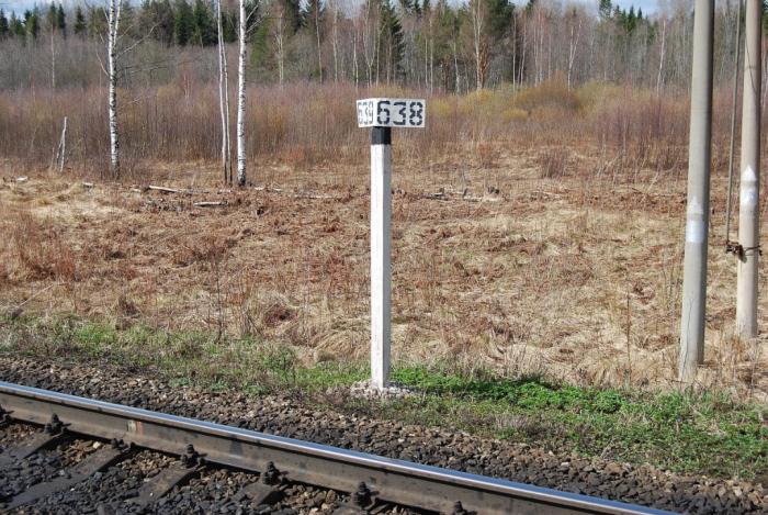 Пикетные столбики находятся между километровыми / Фото: pskovrail.ru