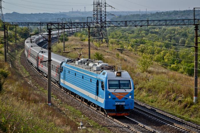 В случае остановки поезда на перегоне машинист передает по рации данные о месте пребывания / Фото: trainphoto.org.ua