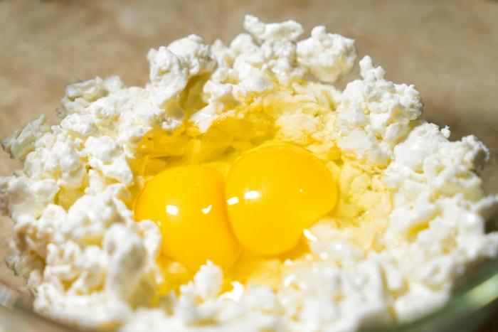 Яичный желток можно давать один раз в неделю, смешав его с творогом / Фото: lovefazenda.ru