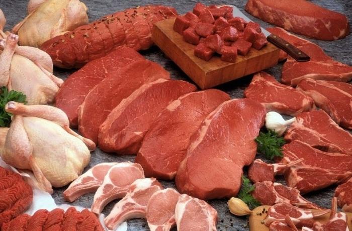 Мясо, курицу, субпродукты лучше давать в сыром виде / Фото: edimnaprirode.com
