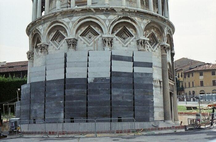 Вес самой башни составляет 14 453 тонны, а груз-противовес из свинца – 900 тонн / Фото: kopahi.com