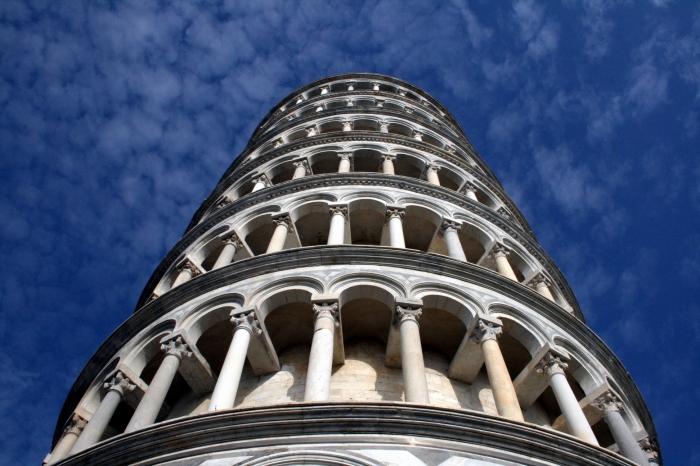 Считается, что начало всему положил Бонанно Пизано, а строительством восьмого этажа, на котором находятся колокола, занимался уже Томмазо Пизано / Фото: bigskiesjewellery.wordpress.com