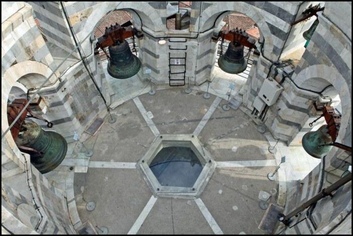 Считается, что строительство Пизанской башни закончилось в 1372 г., когда возвели восьмой этаж, который называется кампанилой и именно здесь находятся колокола / Фото: littletravel.ru