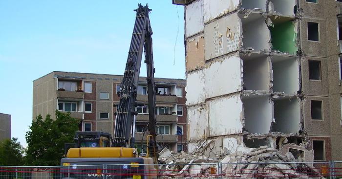 В 90-х годах пошлого века под снос попали не только пластмассовые дома, но и бетонные хрущевки / Фото: dengi.ua
