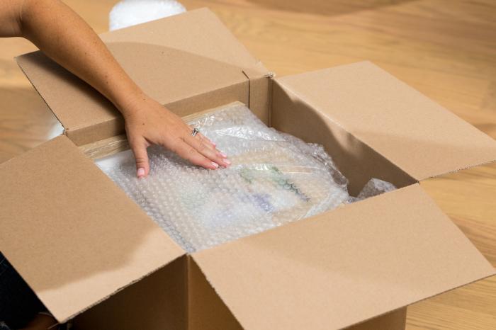 Пузырчатую пленку, в которую упаковывают различные товары при пересылке, практически всегда все выбрасывают, а зря / Фото: duckbrand.com