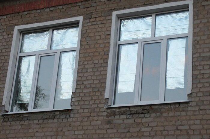 Если обратить внимание на окна и балконные стекла некоторых квартир, то на них можно увидеть фольгу / Фото: okna-forte.ru