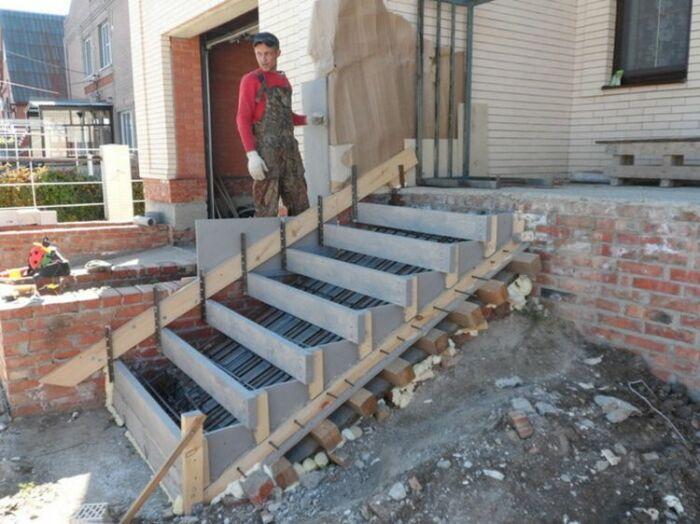 Обычно устанавливается опалубка, каркас из арматуры и все бетонируется, что неправильно / Фото: shpalerkley.cx.ua