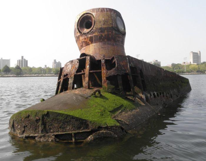 Брошенная подводная лодка стоит уже 50 лет / Фото: pinterest.ru