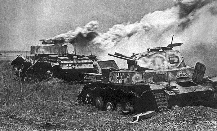 В итоге один танк немцев был подбит, сожжены 2 самоходки, остальные отступили / Фото: arsenal-info.ru