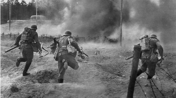 Немецкие солдаты бросились убегать в лес, подумав, что наехали на заминированное поле / Фото: ucmopuockon.livejournal.com