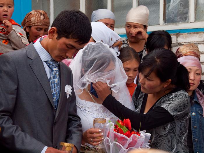 Чем дольше девушка пробудет под крышей дома мужчины, тем шансов вернуться снова к себе домой у нее становится меньше, замужество лишь дело времени / Фото: bakdar.org