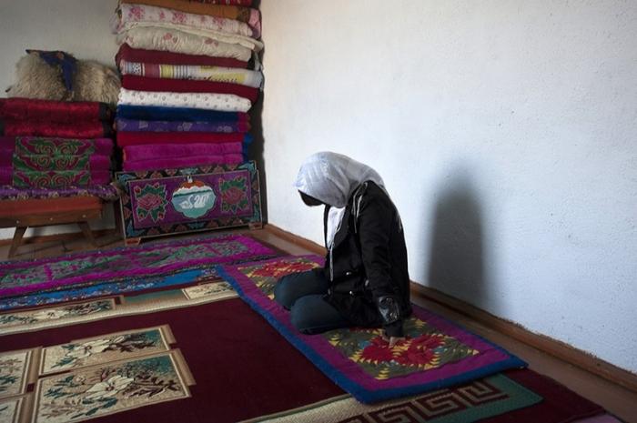 Что касается похищения невесты вопреки ее воле, то выхода у нее все равно нет, ведь обратно домой семья ее не примет / Фото: m.fishki.net
