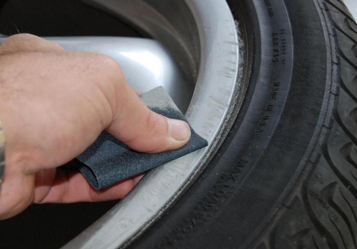 Колесные диски необходимо предварительно очистить от ржавчины с помощью наждачной бумаги / Фото: 2auto.su