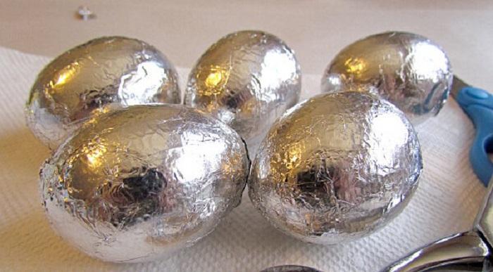 Чтобы яичная скорлупа сохранила свою целостность во время варки, необходимо завернуть яйца в фольгу / Фото: yandex.ru