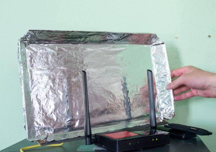Закрепленная на антенне роутера фольга усиливает сигнал / Фото: tech.onliner.by