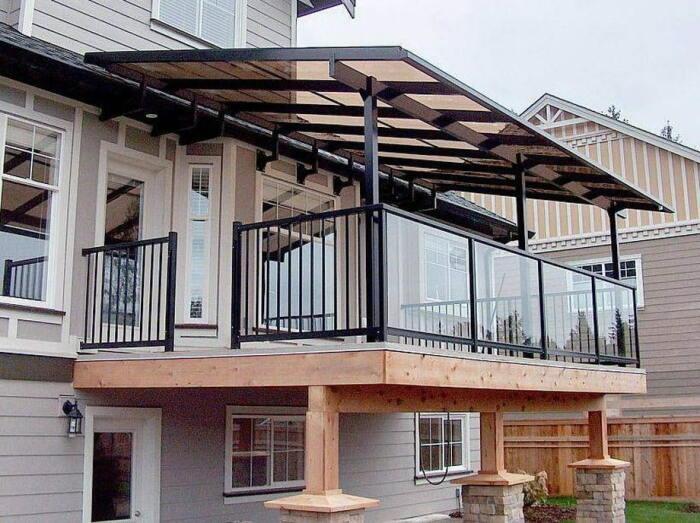 Если двор соседа находится в непосредственной близости и особенно посмотреть не на что, возникает вопрос, а так уж необходим ли в этом случае балкон / Фото: nikastroy.ru