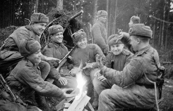 Благодаря использованию нехитрого способа можно было разжечь костер даже из очень сырого дерева / Фото: kuztt.ru