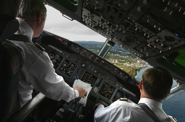 Диспетчер разрешает посадку судна исключительно, если ВПП свободна, до высоты, когда принимается решение / Фото: budvtemi.com