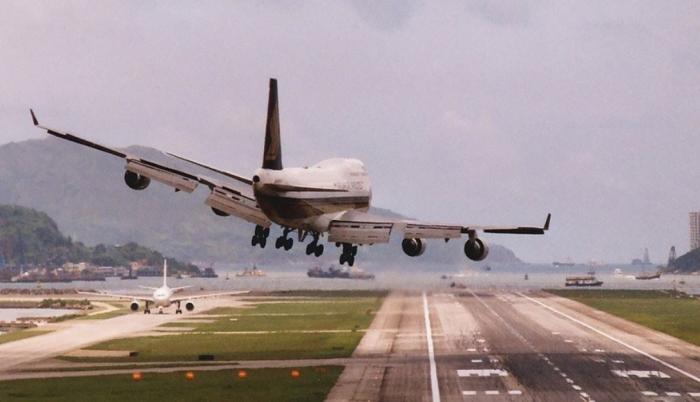 Стандартная процедура посадки следующая: самолет по глиссаде сбрасывает высоту, выпускаются механизация и шасси, от диспетчера приходит разрешение, выполняется приземление или уход на второй круг / Фото: gorod-m.zp.ua