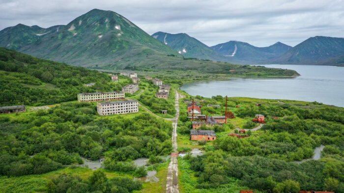С внешним миром Финвал соединяли лишь морской и воздушный транспорт, попасть в поселок другими путями было невозможно / Фото: brodyaga.com
