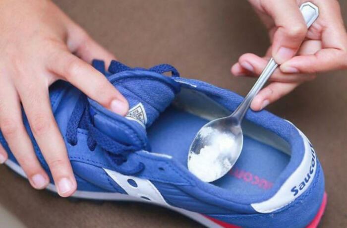 На сухую, предварительно хорошо вымытую обувь, следует нанести соду / Фото: syl.ru