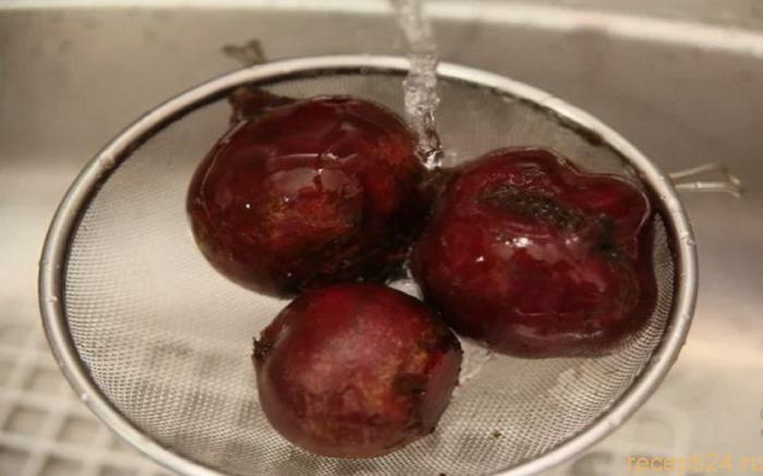 Готовую свеклу следует поместить в холодную воду, так она будет хорошо чиститься / Фото: recepti24.ru