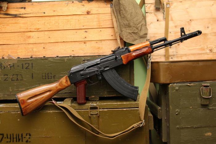 Классический АК-74 изготовлен из дерева и металла / Фото: guns.allzip.org