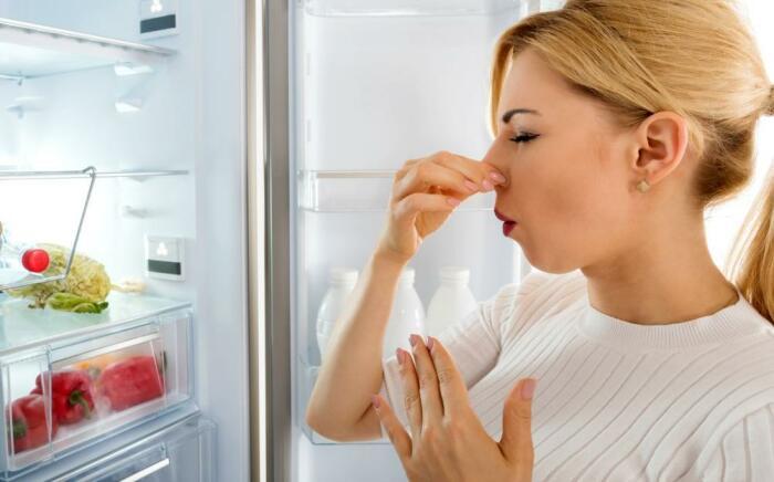 Соль эффективно устраняет неприятные запахи в холодильнике / Фото: vsyachyna.com