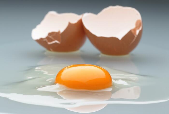 Устранить последствия от разбитого яйца можно солью / Фото: audioboom.com