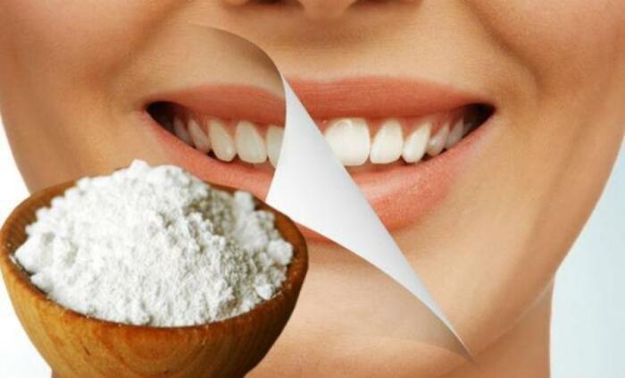 Смесь соли с зубным порошком качественно и безопасно отбелит зубы / Фото: kakprosto.ru