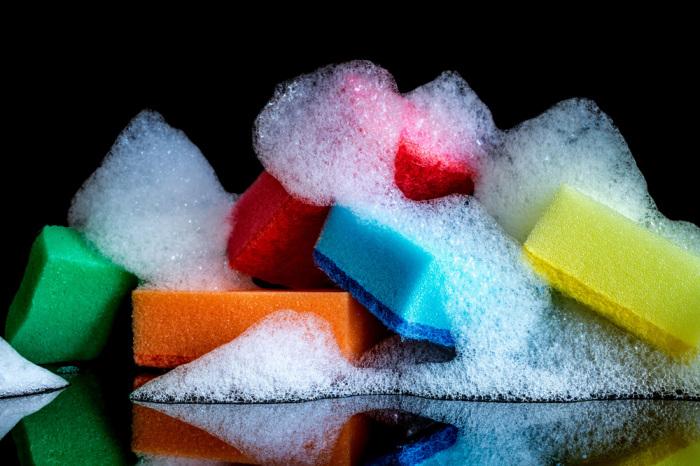 Освежить кухонные губки и тряпочки можно в солевом растворе / Фото: Яндекс.Новости