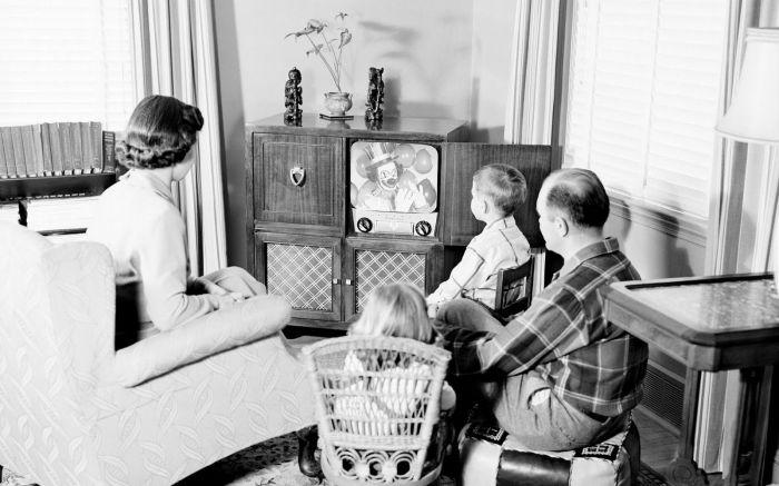 Смотреть советские мультфильмы любят и взрослые, и дети / Фото: jw-ru.blogspot.com