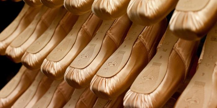 Молоток нужен балерине для того, чтобы размягчить пуанты - это делает их удобными и безопасными во время эксплуатации / Фото: kp.kg