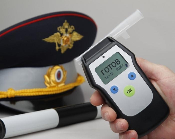 Важно проконтролировать, чтобы алкотестер был правильно активирован, процедура должна осуществляться в присутствии водителя / Фото: vmnews.ru
