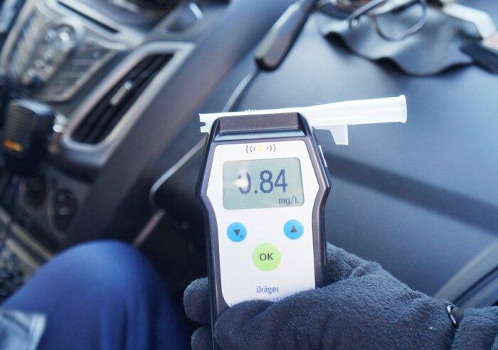 Если водитель абсолютно трезв, а алкотесетр показывает обратное, то необходимо пройти освидетельствование в стационарной лаборатории / Фото: vluki.ru