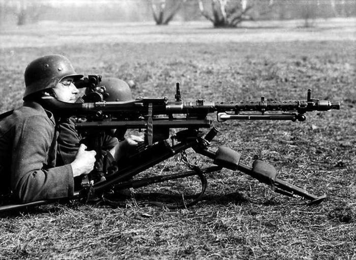 Немцы в период Второй мировой войны пропагандировали идею использования пулемета, который бы являлся и станковым, и ручным / Фото: warspot.ru