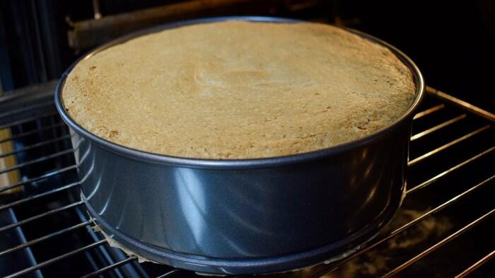 Необходимо внимательно следить за процессом выпекания бисквита / Фото: YouTube