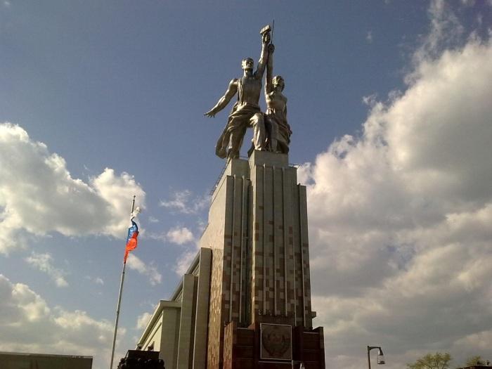 Находясь возле памятника, создается ощущение, что стоишь возле небоскреба / Фото: 4turista.ru