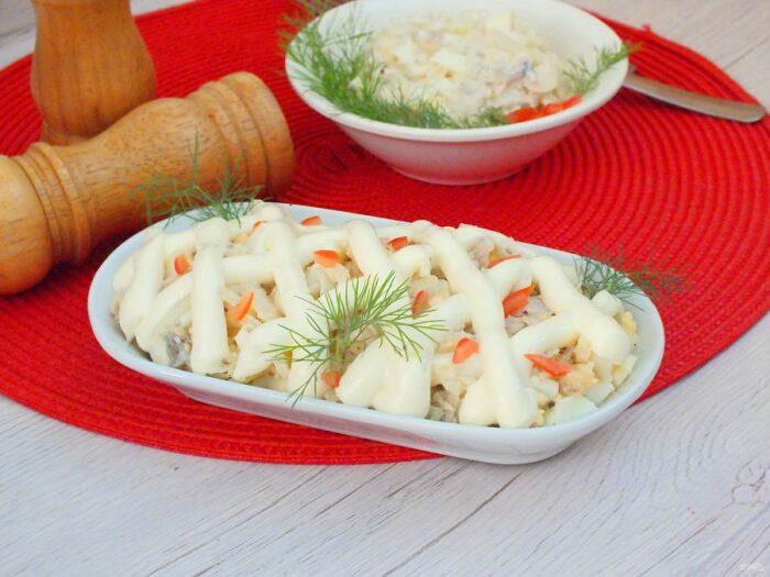 На самом деле основой данного салата выступает дешевый минтай, который легко приобрести в магазине / Фото: fish-or-meat.ru