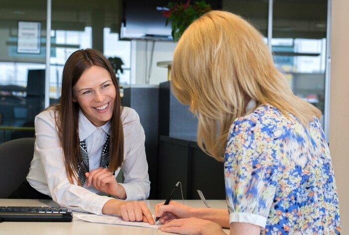 В идеале следует пресекать такие разговоры, а решать все вопросы лично с менеджером в банке / Фото: pgt68.ru