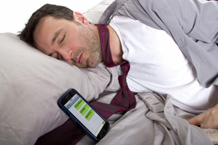 Телефон в авиарежиме не сможет принимать звонки, сообщения, дав вам возможность хорошенько отдохнуть / Фото: initium.care